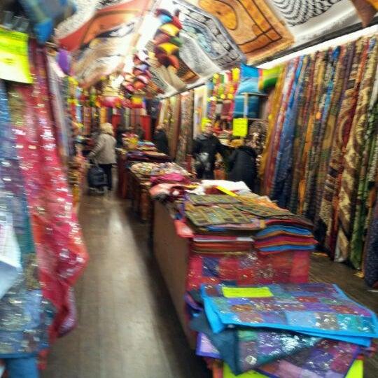 Foto tirada no(a) Camden Stables Market por Alberto S. em 11/26/2011