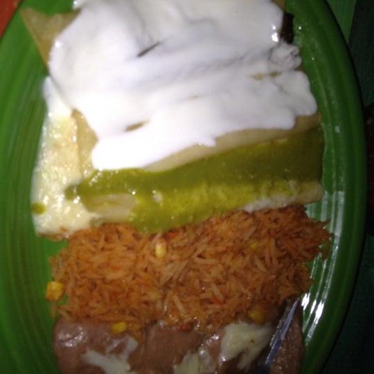 Снимок сделан в Dos Taquitos пользователем Leslie M. 3/18/2012