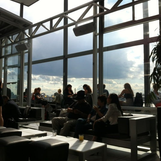 Foto scattata a Plunge Rooftop Bar & Lounge da Nicole N. il 6/6/2012