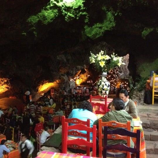 Foto tomada en La Gruta Restaurant por Alexis T. el 7/14/2012