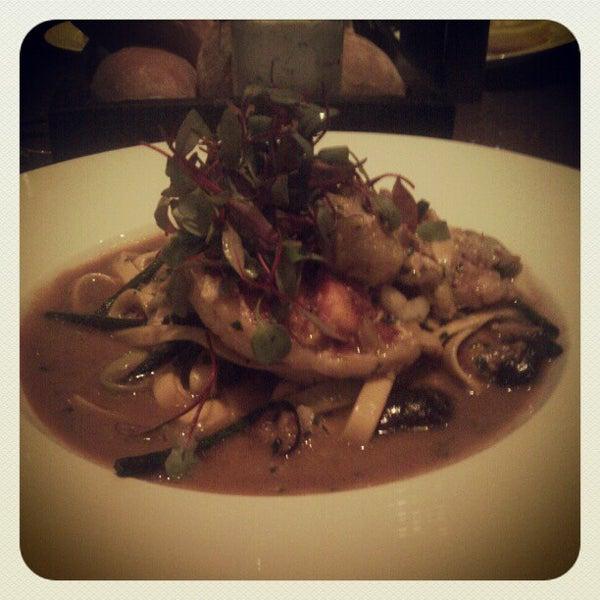 Снимок сделан в SOUTHGATE Bar & Restaurant пользователем Munira A. 4/20/2012