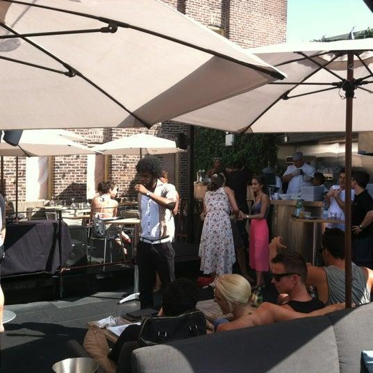 Das Foto wurde bei STK Rooftop von Meredith D. am 7/8/2012 aufgenommen