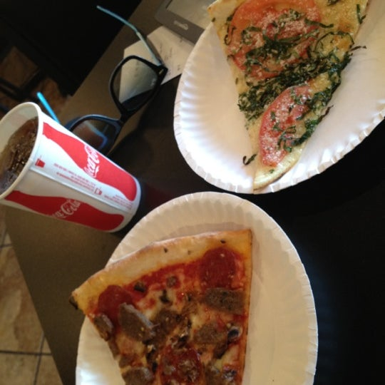 Foto scattata a La Rocco's Pizzeria da 🐯 A. il 5/25/2012