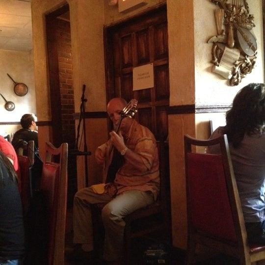 Foto scattata a Tasca Spanish Tapas Restaurant & Bar da Jo Y. il 8/13/2012