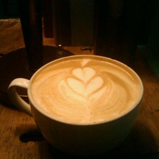 Foto tomada en Ipsento Coffee House por Veronica C. el 12/19/2011