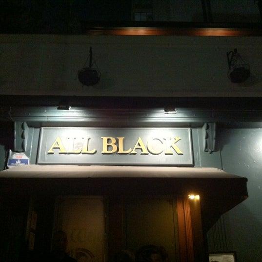Foto diambil di All Black Irish Pub oleh solange s. pada 4/6/2012