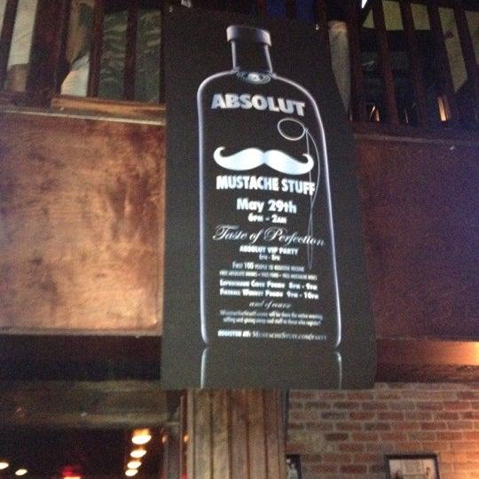 5/20/2012 tarihinde Turtle H.ziyaretçi tarafından Royal Oak Bar and Grill'de çekilen fotoğraf