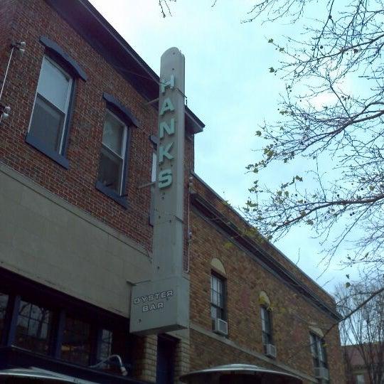 Foto scattata a Hank's Oyster Bar da DC Trendsetter B. il 12/17/2011