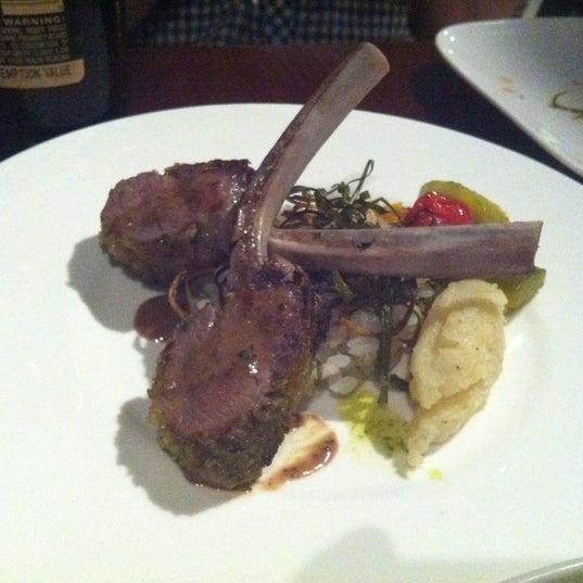 Photo prise au HaChi Restaurant & Lounge par Laura C. le5/17/2012