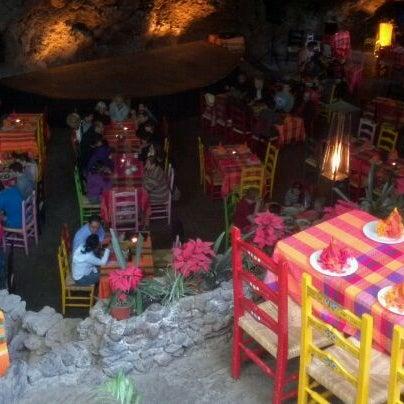 Foto tomada en La Gruta Restaurant por Dede A. el 12/26/2011