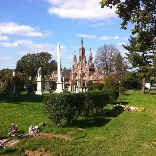 Foto tomada en Green-Wood Cemetery por Ian P. el 10/23/2011