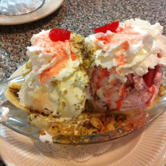 Снимок сделан в Sugar Bowl Ice Cream Parlor Restaurant пользователем Cameron S. 6/12/2012