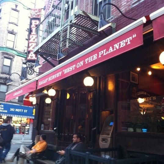 Das Foto wurde bei Lombardi's Coal Oven Pizza von Pao C. am 3/28/2012 aufgenommen