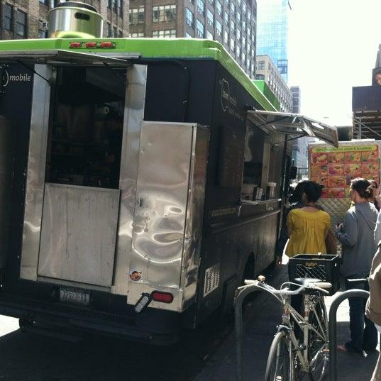 4/17/2012 tarihinde Evan B.ziyaretçi tarafından Taïm Mobile Falafel & Smoothie Truck'de çekilen fotoğraf