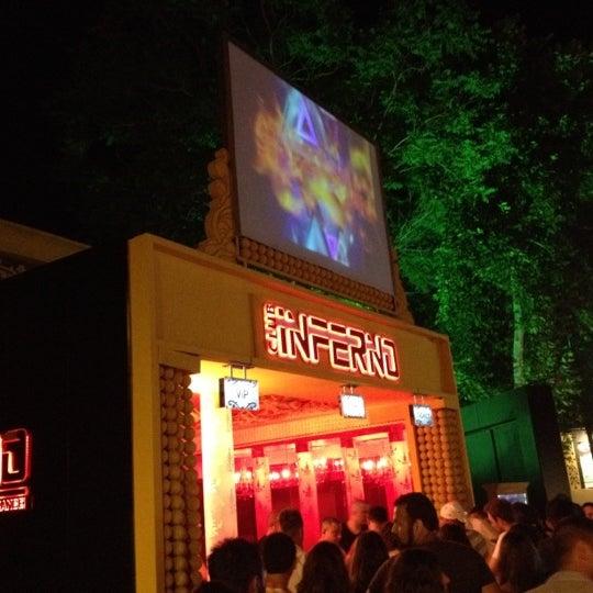 รูปภาพถ่ายที่ Club Inferno โดย Tuğrul K. เมื่อ 6/15/2012