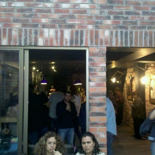 Foto diambil di Arts & Coffee Co. oleh Luis J. pada 9/1/2012