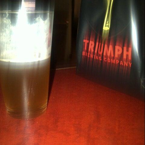 8/16/2012 tarihinde Eugene J.ziyaretçi tarafından Triumph Brewing Company'de çekilen fotoğraf