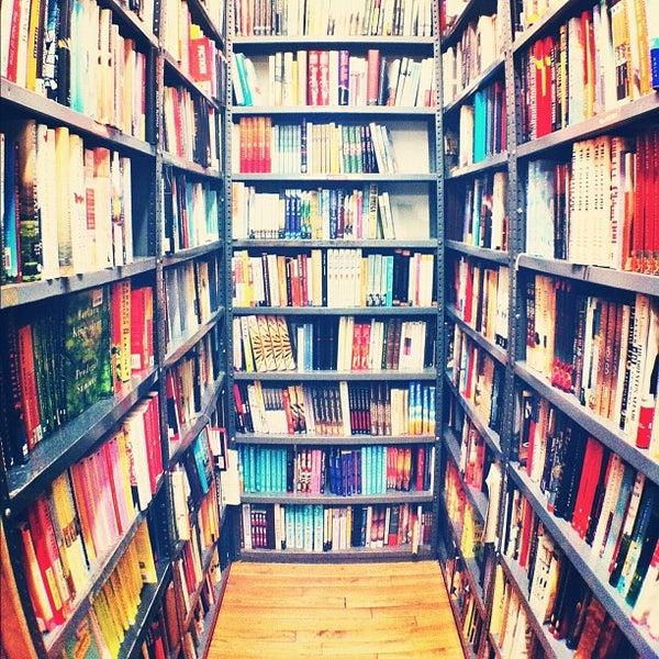Das Foto wurde bei Strand Bookstore von Melissa M. am 8/5/2012 aufgenommen
