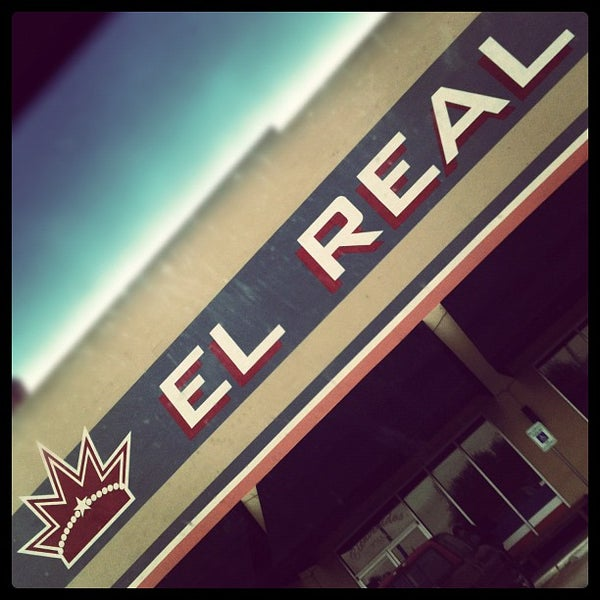 Снимок сделан в El Real Tex-Mex Cafe пользователем Nathan V. 2/5/2012
