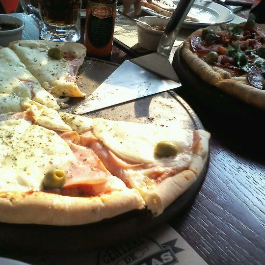 Foto tomada en Central de Pizzas por Julian P. el 3/4/2012