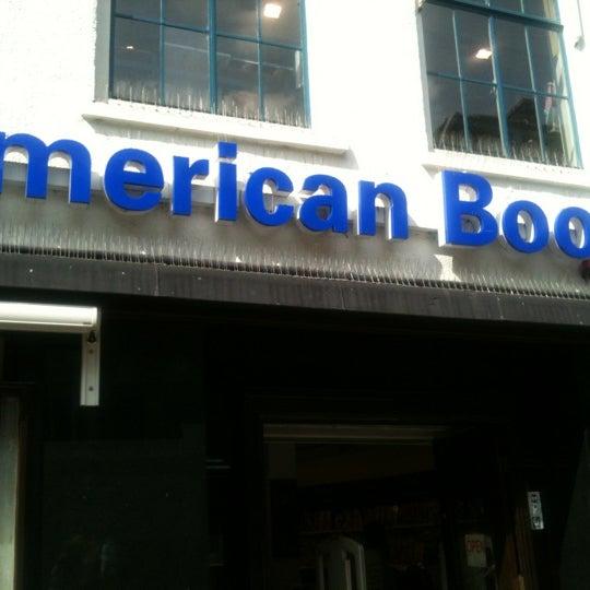 Foto tirada no(a) The American Book Center por Larissa K. em 8/9/2012