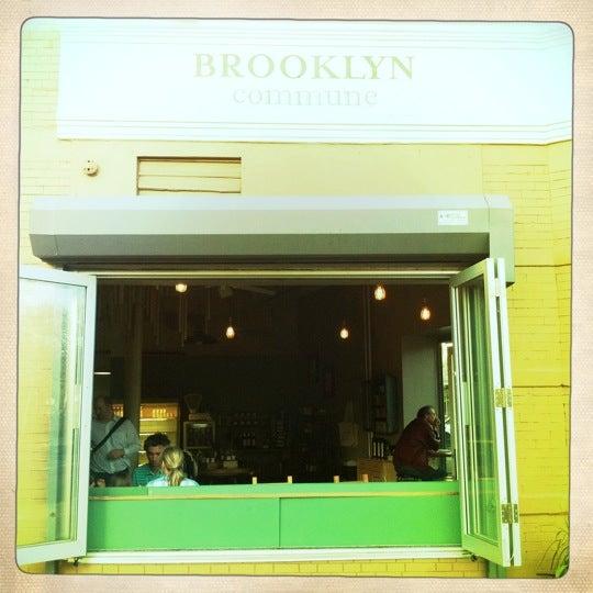 Foto tirada no(a) Brooklyn Commune por Andrew P. em 4/26/2011