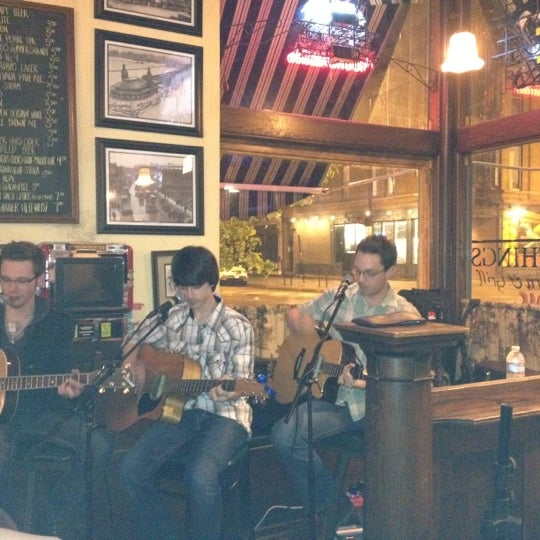 Foto scattata a Four Farthings Tavern & Grill da Ashley E. il 5/2/2012