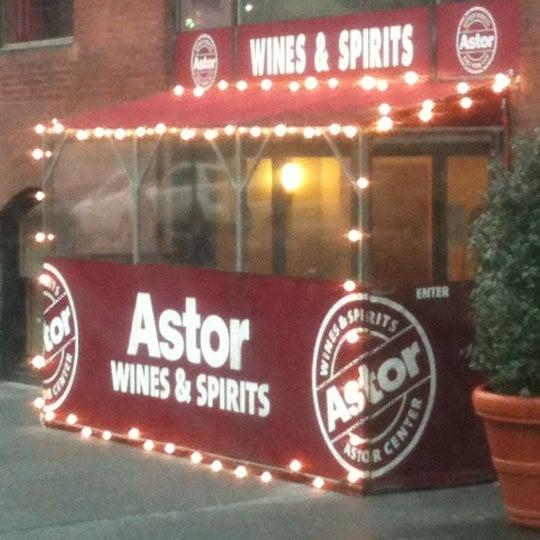 Foto tirada no(a) Astor Wines & Spirits por STEVE M. em 1/19/2011