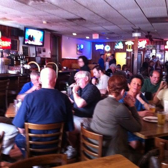 รูปภาพถ่ายที่ Star Tavern Pizzeria โดย Julian B. เมื่อ 6/3/2011