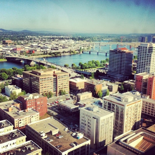 Foto tomada en Portland City Grill por Kay B. el 7/25/2012