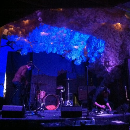 Foto scattata a Glasslands Gallery da Tatiana G. il 7/20/2012