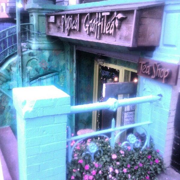 รูปภาพถ่ายที่ Physical Graffitea โดย Scottie R. เมื่อ 9/11/2012