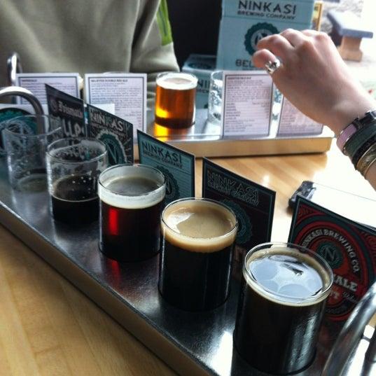 รูปภาพถ่ายที่ Ninkasi Brewing Tasting Room โดย Michael D. เมื่อ 4/25/2012
