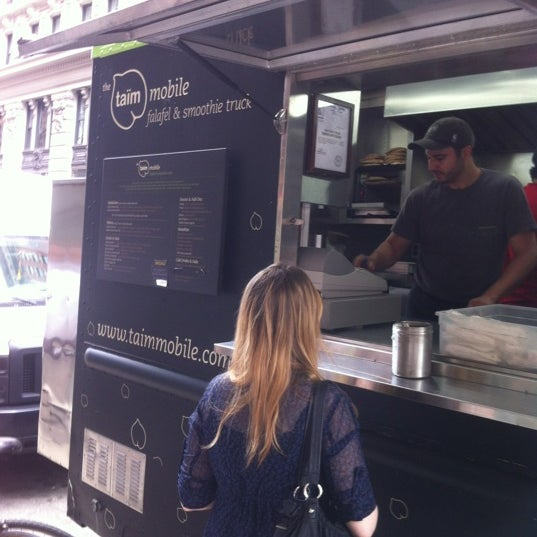 6/8/2012 tarihinde Frank E.ziyaretçi tarafından Taïm Mobile Falafel & Smoothie Truck'de çekilen fotoğraf