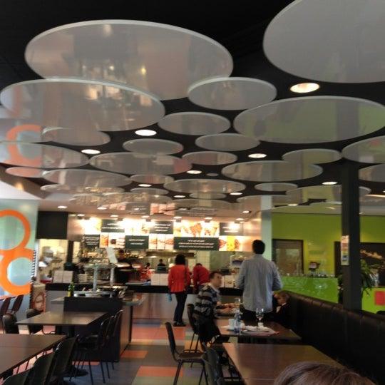 รูปภาพถ่ายที่ B-crek Restaurant โดย Marta S. เมื่อ 5/20/2012
