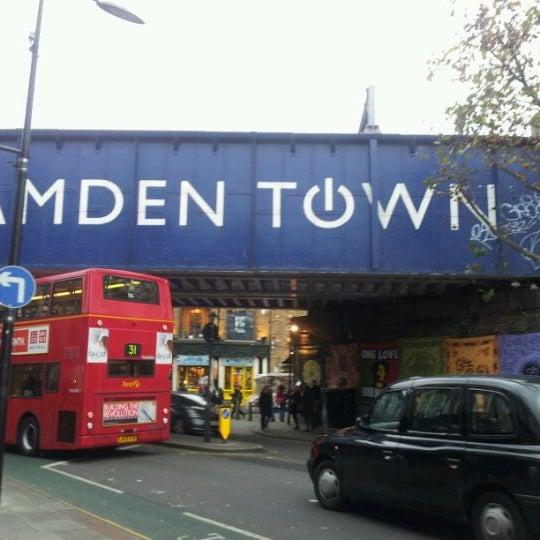 Foto tirada no(a) Camden Stables Market por Sas M. em 12/8/2011