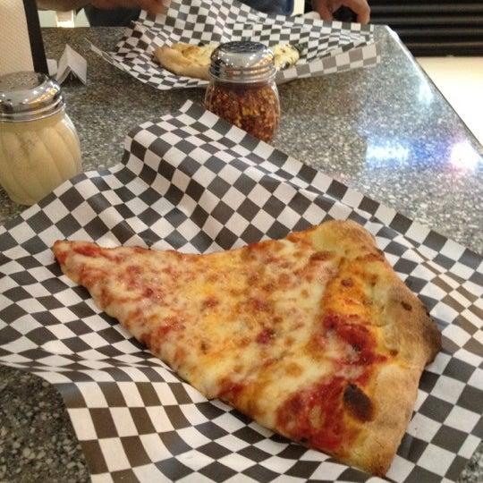 Снимок сделан в Pop Up Pizza пользователем Winston W. 5/25/2012