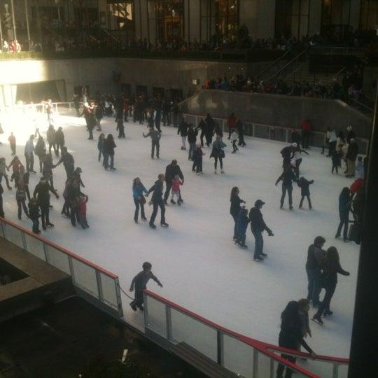 Das Foto wurde bei The Rink at Rockefeller Center von Heather K. am 11/25/2011 aufgenommen