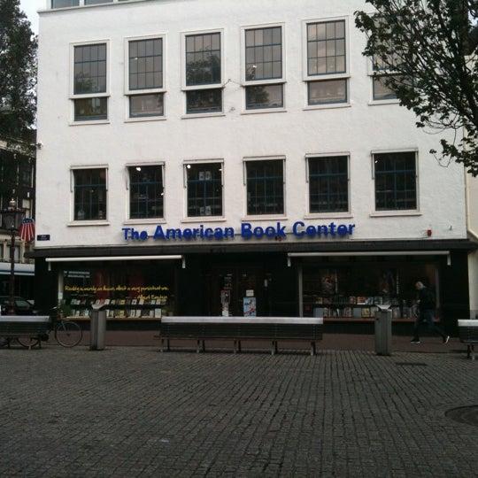 Foto tirada no(a) The American Book Center por Ninke H. em 8/8/2011
