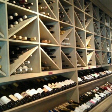 Foto scattata a Los Olivos Wine Merchant Cafe da Rob G. il 9/5/2011