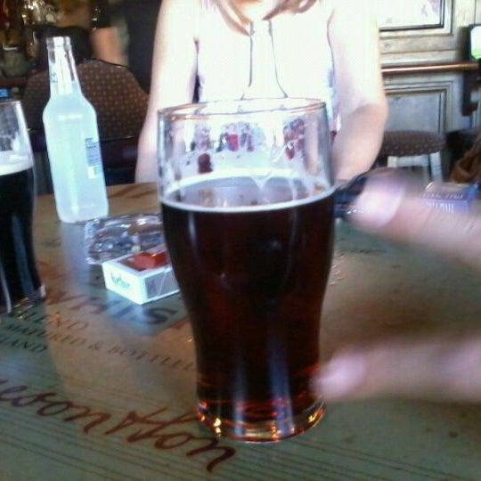 Foto scattata a McMullan's Irish Pub da Elaine il 9/4/2011