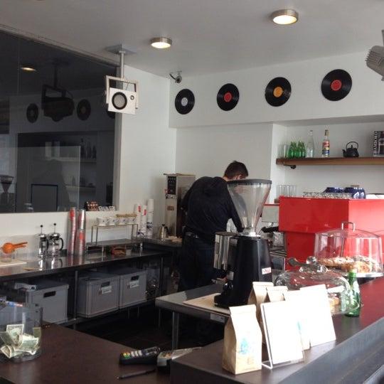 Das Foto wurde bei Elite Audio Coffee Bar von Suraj A. am 1/30/2012 aufgenommen