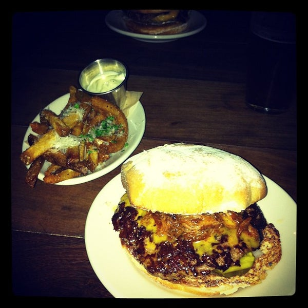 Foto tirada no(a) DMK Burger Bar por BenDog F. em 10/24/2011