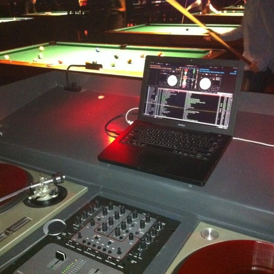 Foto tomada en Society Billiards + Bar por Octane el 2/18/2012