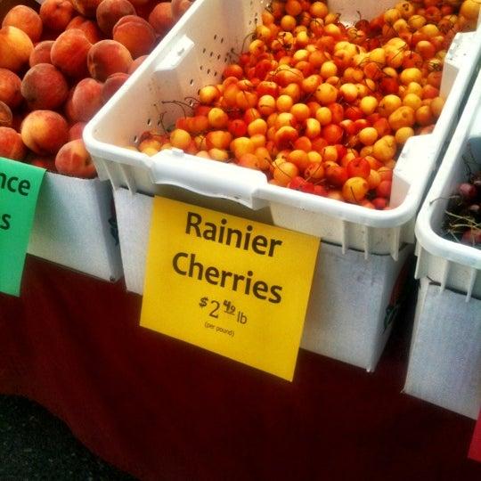 Photo prise au Ballard Farmer's Market par Robby D. le7/29/2012
