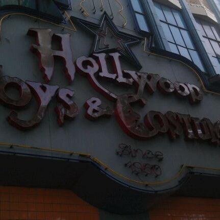 Das Foto wurde bei Hollywood Toys & Costumes von Shok am 9/24/2011 aufgenommen