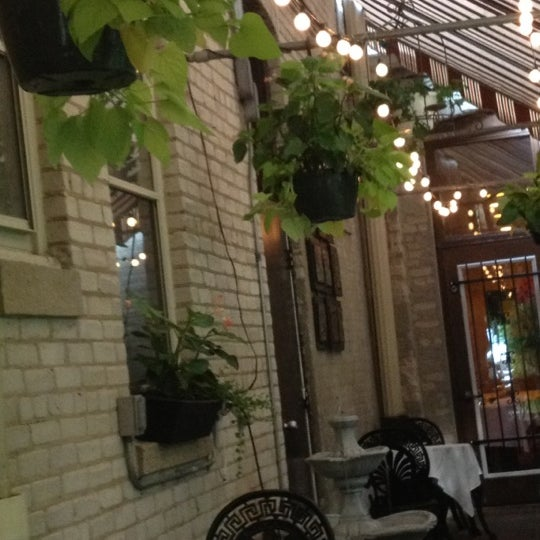 Photo prise au Pasta Tree Restaurant & Wine Bar par Amy T. le7/7/2012