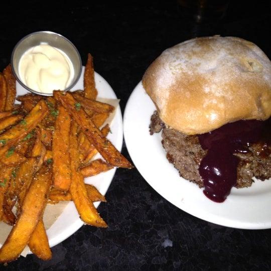 Foto tirada no(a) DMK Burger Bar por Dwight P. em 9/1/2012