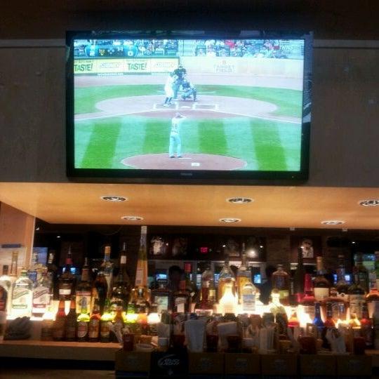 Foto tirada no(a) Huberts Sports Bar & Grill por Kacey D. em 5/27/2012