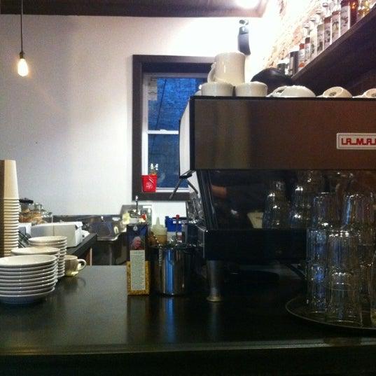 Das Foto wurde bei Lenox Coffee von Andrea A. am 12/7/2011 aufgenommen